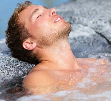 Hombre bañándose en el Jacuzzi