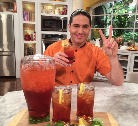 Chef James Tahhan con jarra de iced tea