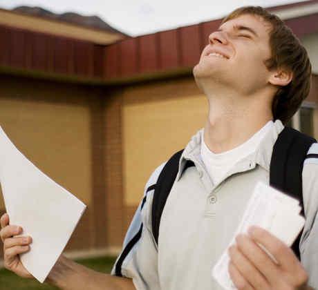Joven feliz sosteniendo papeles