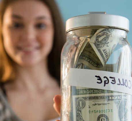 Mujer joven sostiene frasco con dinero