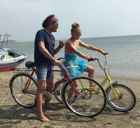 Shakira y Carlos Vives en el video La Bicicleta