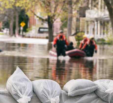 Personas siendo rescatadas