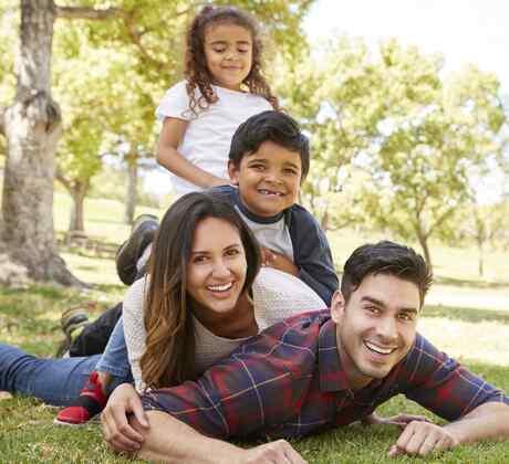 Familia latina al aire libre