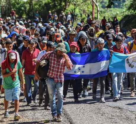 Caravana de personas marchando