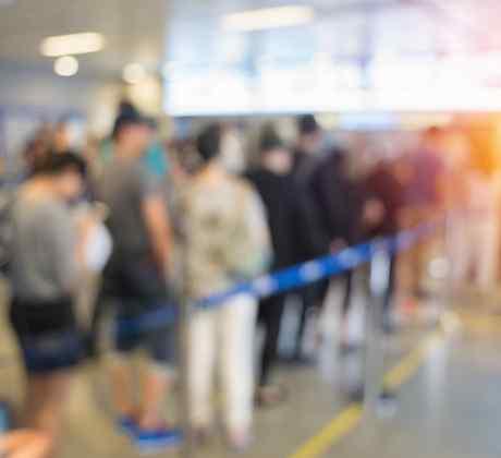 Personas haciendo fila