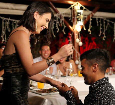 Jay coloca el anillo en la mano de su novia