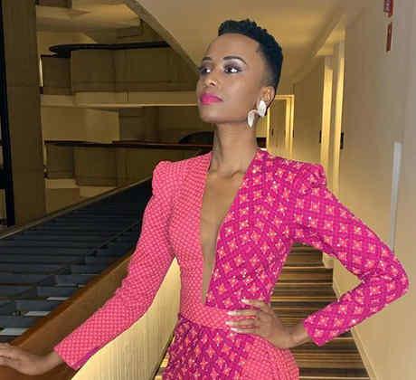 Zozibini Tunzi, Miss Sudáfrica 2019, con vestido rosa