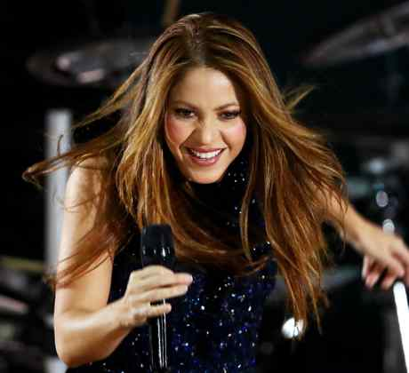 Shakira singing live in concert