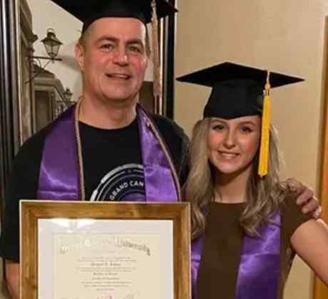 Graduación papá misma universidad que su hija