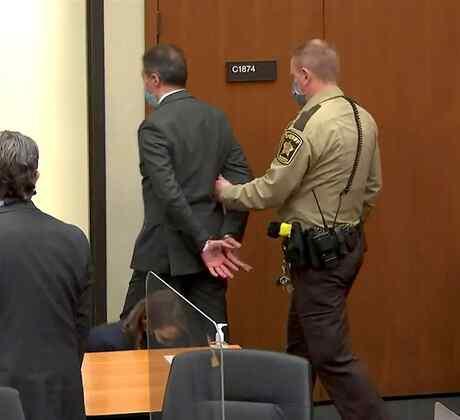 El expolicía Derek Chauvin es escoltado por un oficial tras ser hallado culpable del homicidio de George Floyd