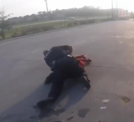Un momento de la agresión de un policía de Texas a un adolescente latino en una gasolinera.