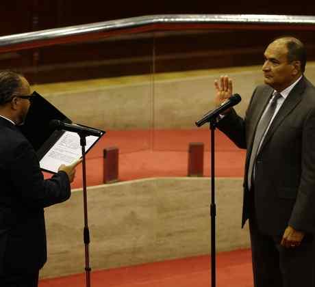 El presidente de la Asamblea Legislativa de El Salvador, Ernesto Castro juramenta a Alberto Lópe