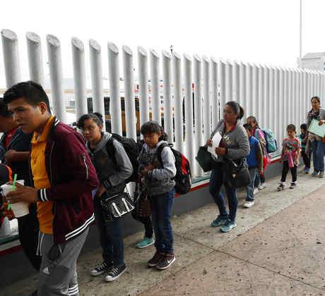 Familias migrantes en la frontera de Tijuana en 2018.