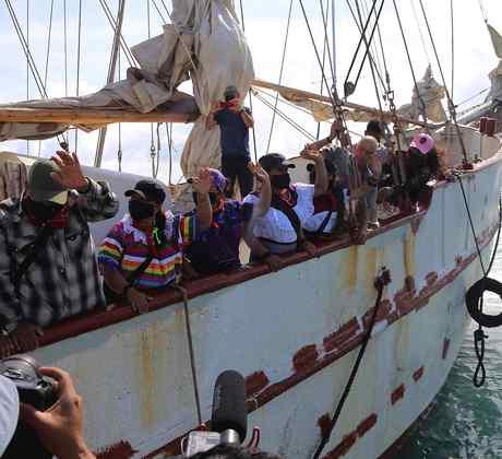 Los integrantes de la delegación zapatista encargada de representar al EZLN en Europa se despiden de sus compañeros y partidarios al zarpar este domingo desde Isla Mujeres, México.