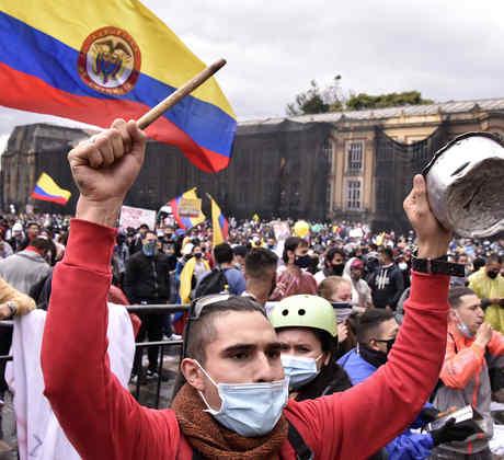 Un manifestante golpea una olla en la Plaza de Bolívar durante el paro nacional contra la reforma tributaria propuesta por la Administración de Duque, el 28 de abril de 2021 en Bogotá, Colombia. Los sindicatos del país se unieron para convocar una huelga