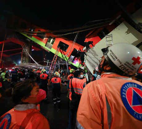 El personal de emergencia trabaja para buscar sobrevivientes después de que una vía elevada del metro colapsara el 3 de mayo de 2021 en la Ciudad de México, México. El accidente de la Línea 12 ocurrió entre las estaciones de Metro de Olivos y Tezonco.
