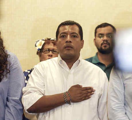 El activista de la oposición nicaragüense Félix Maradiaga, en el centro, canta el himno nacional durante una conferencia de prensa en Managua, Nicaragua, el 18 de septiembre de 2019.