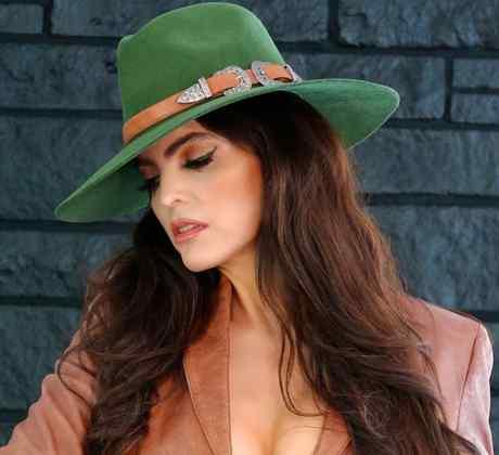 Ana Bárbara posando con sombrero