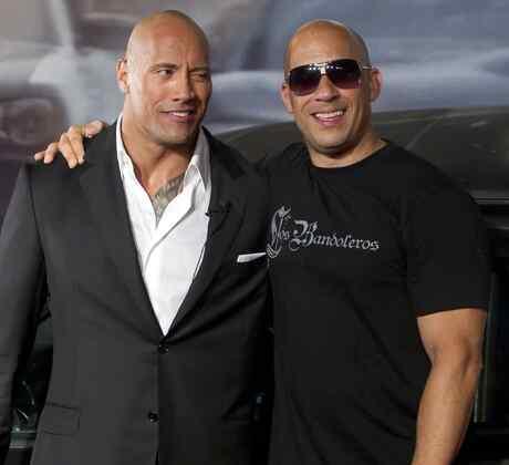 Dwayne Johnson y Vin Diesel abrazados
