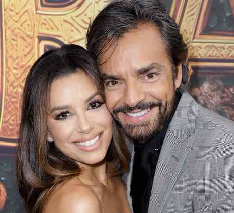 Eva Longoria y Eugenio Derbez abrazados en una premier