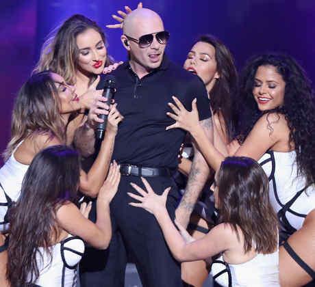 Pitbull con sus bailarinas en el iHeartradio Fiesta Latina
