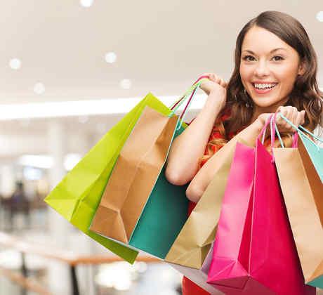 mujer con bolsas de compras de colores