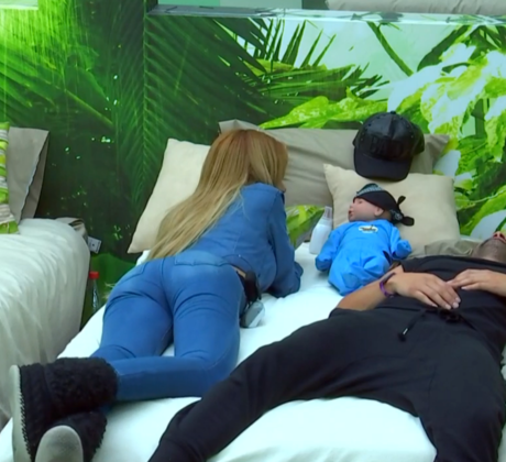 Maday y Dante se acuestan en la cama con su bebé en el medio de los dos en el cuarto La Selva de la casa de Gran Hermano