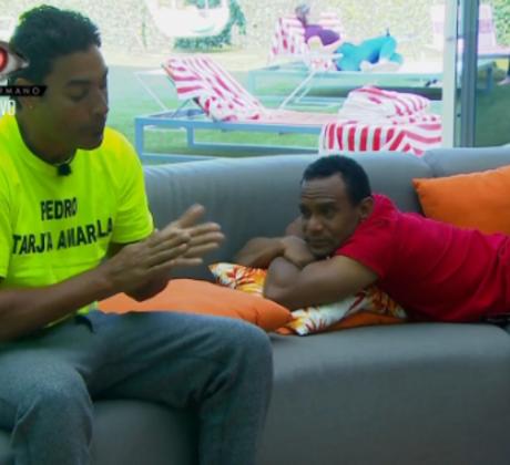 Los habitantes Pedro y Domingo hablando en la sala de la casa de Gran Hermano