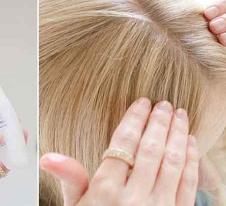 Mujer rubia poniéndose lubricante en las manos esparciéndolo en su cabello