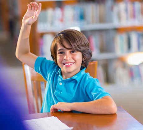Chico levantando la mano en clase