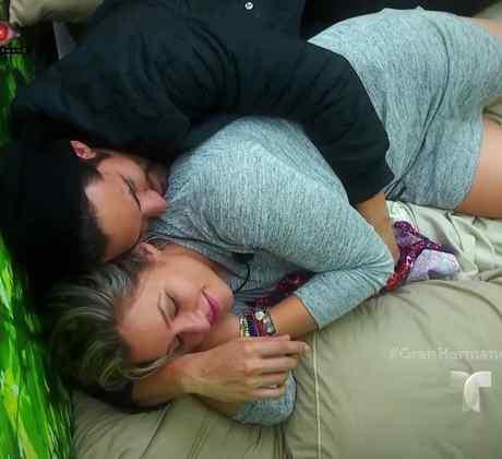 Rafael acostado en una cama del cuarto selva con Yaya en la casa de Gran Hermano
