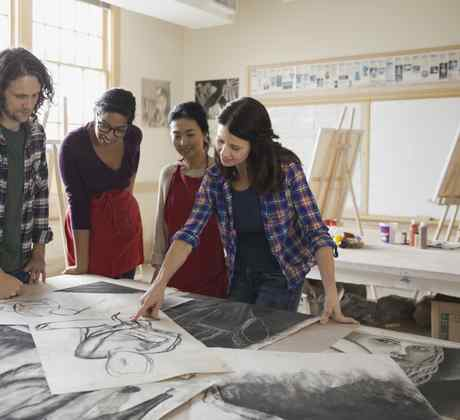 Alumnos analizando dibujos