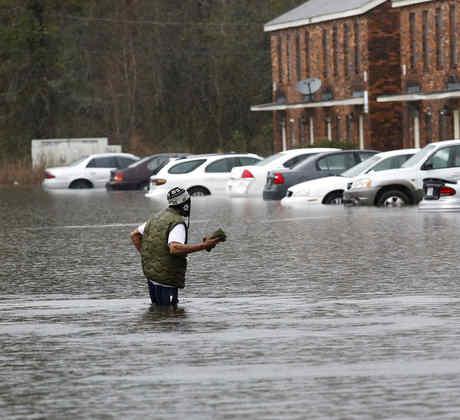 hombre inundacion
