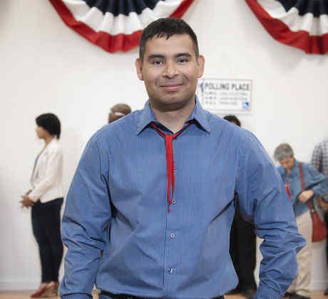 Hombre latino en centro electoral