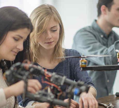 Jóvenes en proyecto mecánico