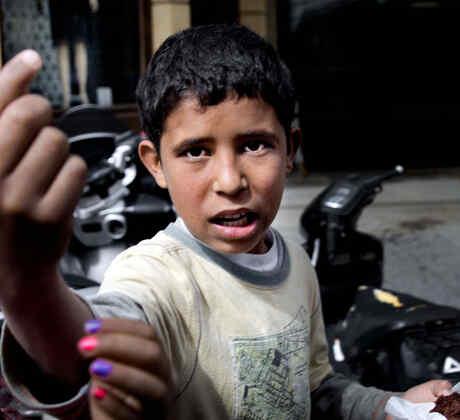 niños refugiados pidiendo limosna