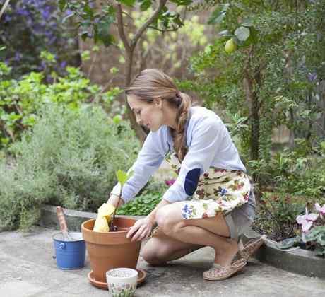 Mujer haciendo jardinería