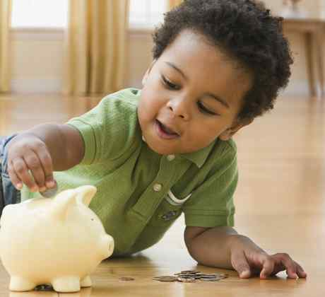 Niño con frasco de ahorros