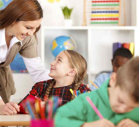 Maestra ayudando a una alumna