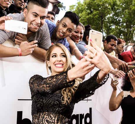 Carmen Aub se toma selfie con sus fans en Premios Billboard 2016