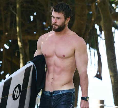 Chris Hemsworth surfeando