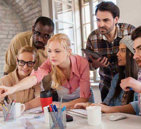 Grupo de jóvenes ingenieros frente a una computadora