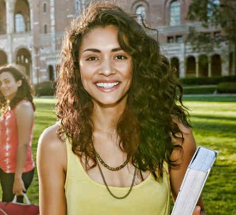 Joven mujer latina en la universidad