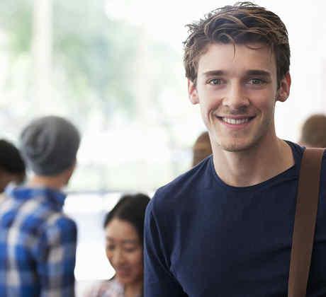 Joven estudiante con camiseta azul