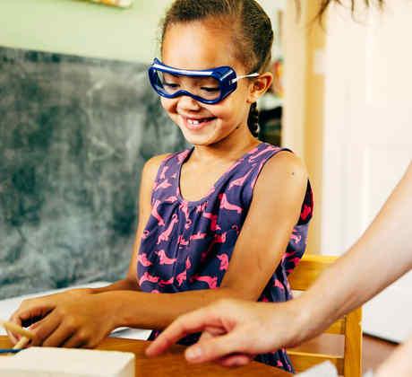 Niña con gafas protectoras sonríe