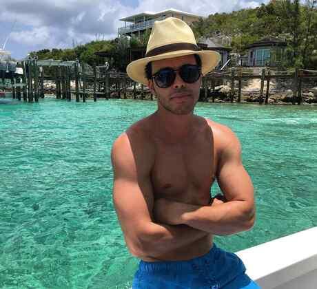 Prince Royce se ve bien sexy con su pinta tropical.