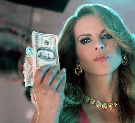 Kate del Castillo con billetes en Dueños del Paraíso