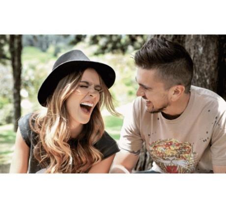 Karen Martinez y Juanes riéndose juntos