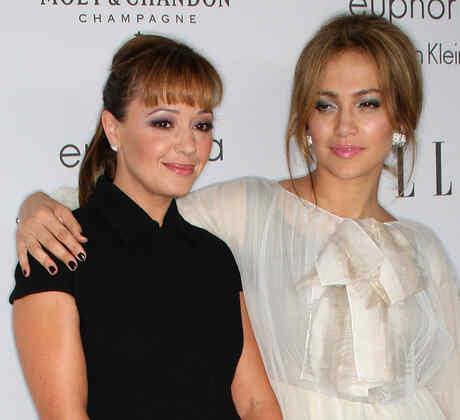 Leah Remini y Jennifer Lopez en la alfombra del 15th annual Women In Hollywood Tribute deELLE Magazine
