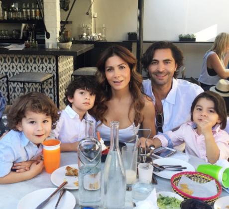 Patricia Manterola junto a su esposo y tres hijos